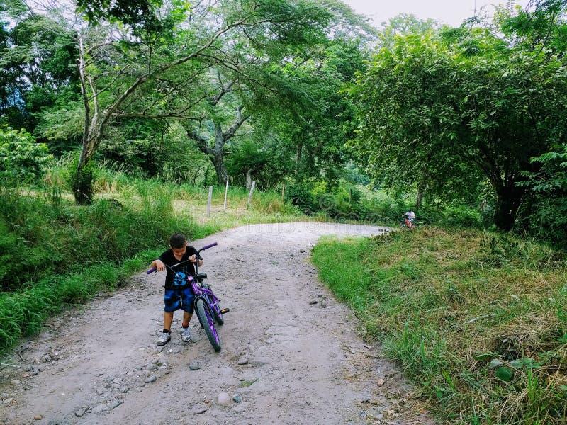 Laufen zum Hügel lizenzfreie stockbilder