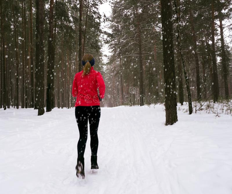 Laufende Übung des Winters Läufer, der im Schnee rüttelt lizenzfreie stockfotos