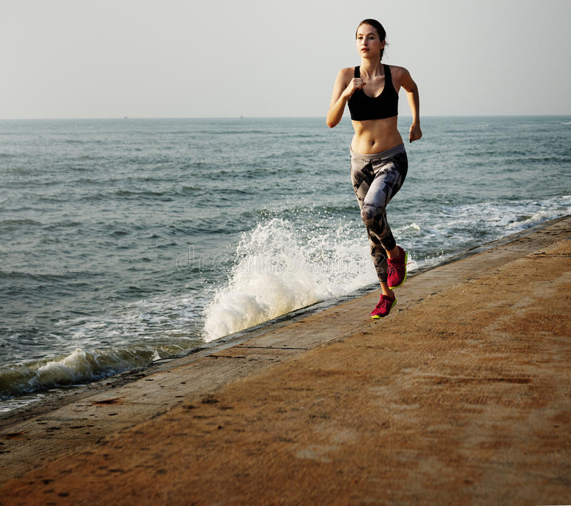 Laufende Übung, die gesundes Lebensstil-Strand-Konzept ausbildet lizenzfreies stockbild