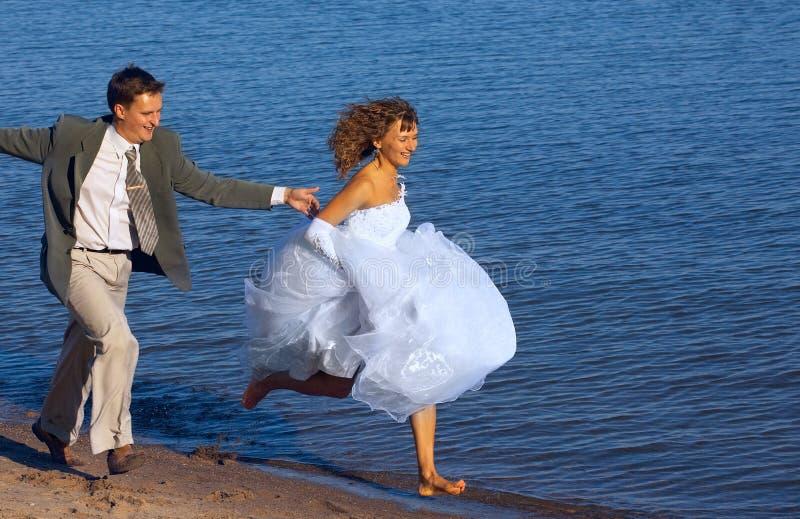 Laufende Braut und Verlobtes lizenzfreies stockbild