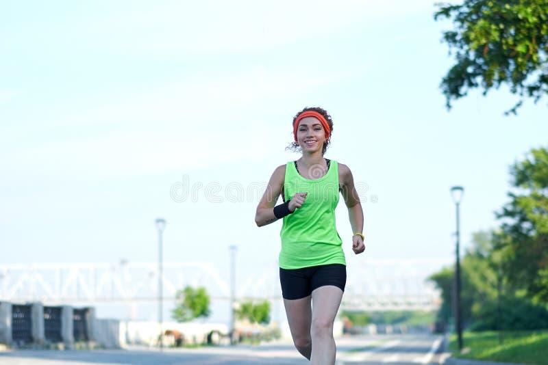 Laufende Frau auf der Ufergegend Morgenr?tteln Die Athletenz?ge stockfotos