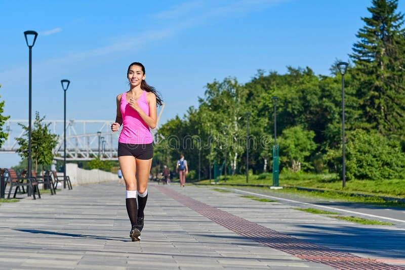 Laufende Frau auf der Ufergegend Morgenr?tteln Die Athletenz?ge stockbild