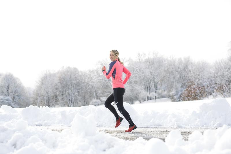 Laufende Frau der Eignung in der Wintersaison lizenzfreie stockbilder
