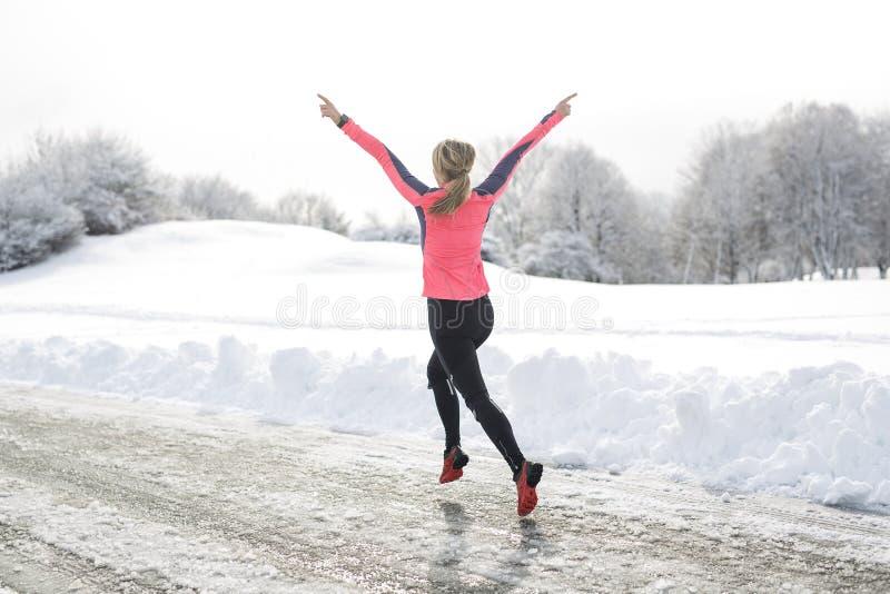 Laufende Frau der Eignung in der Wintersaison lizenzfreies stockbild