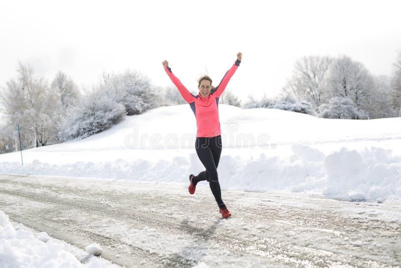 Laufende Frau der Eignung in der Wintersaison lizenzfreie stockfotografie