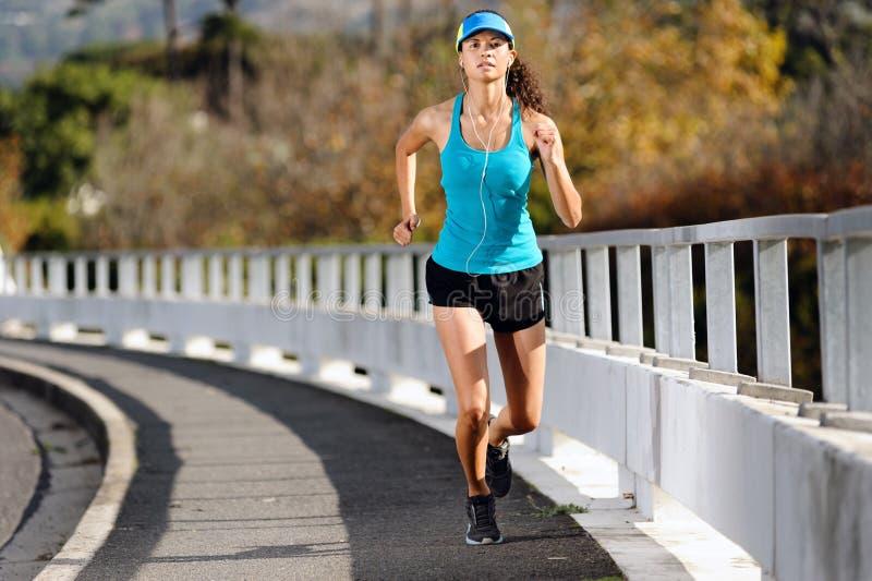Laufende Frau des Bürgersteigs stockfotos