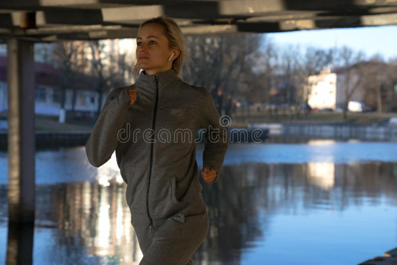 Laufende Frau Läufer, der über Stadtlandschaft rüttelt Weibliches Eignungsmodelltraining draußen stockfotos