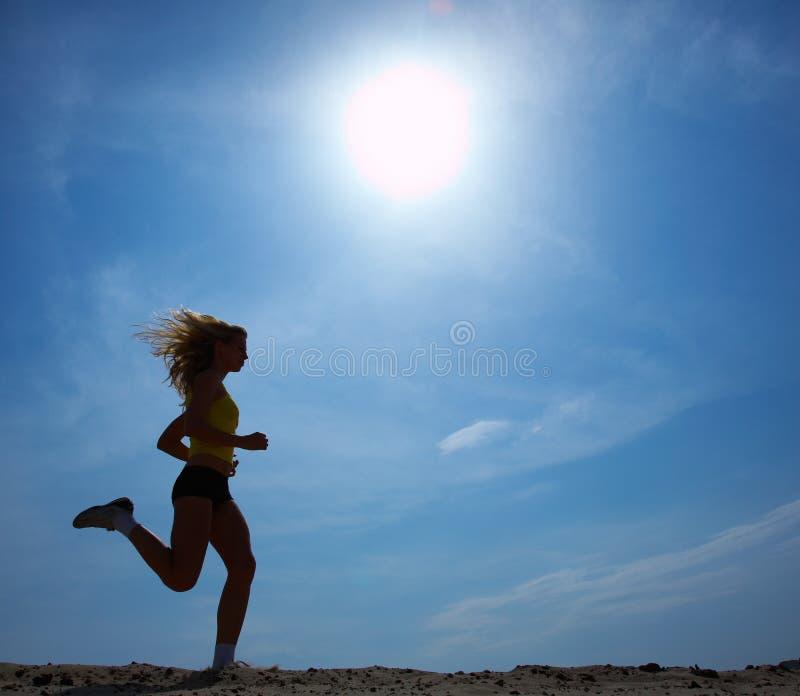 Laufende Frau mit Himmel lizenzfreie stockfotos