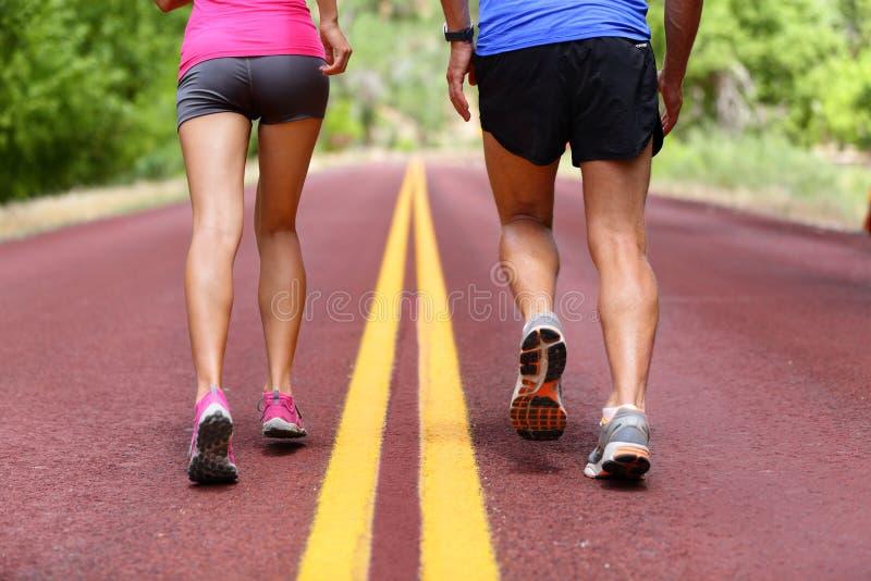 Laufende Leute - rüttelnde Schuhe und Beine der Läufer stockfotos