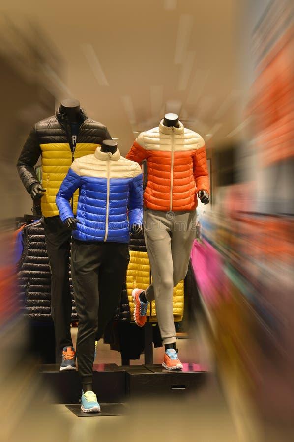 Laufende Mannequins, Sportkleidungsmannequins, im SportBekleidungsgeschäft stockfotos