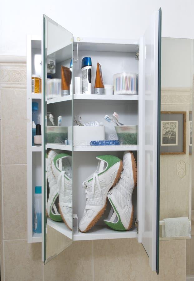 Laufende Schuhe im Medizinkabinett lizenzfreie stockfotos