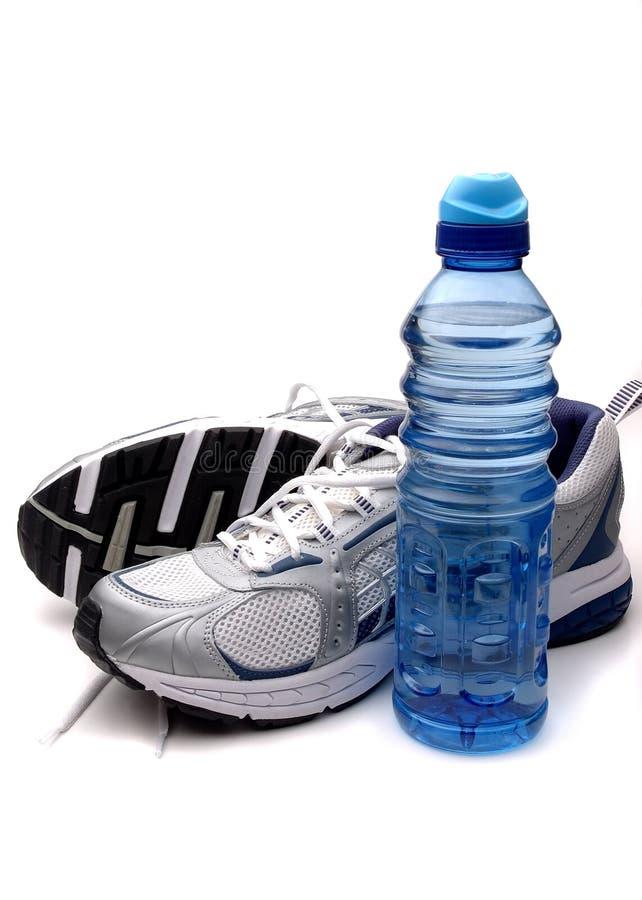 Laufende Schuhe und Wasserflasche stockbild