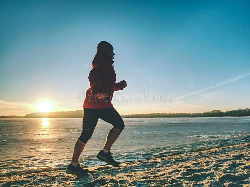 Laufende Sportfrau Weiblicher L?ufer, der an der Winterbucht r?ttelt lizenzfreies stockbild