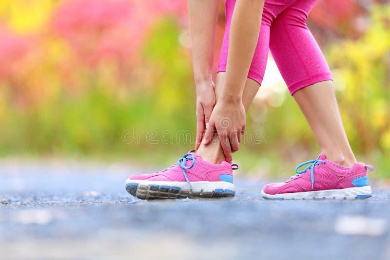 Laufende Sportverletzung - verdrehter gebrochener Knöchel lizenzfreie stockbilder
