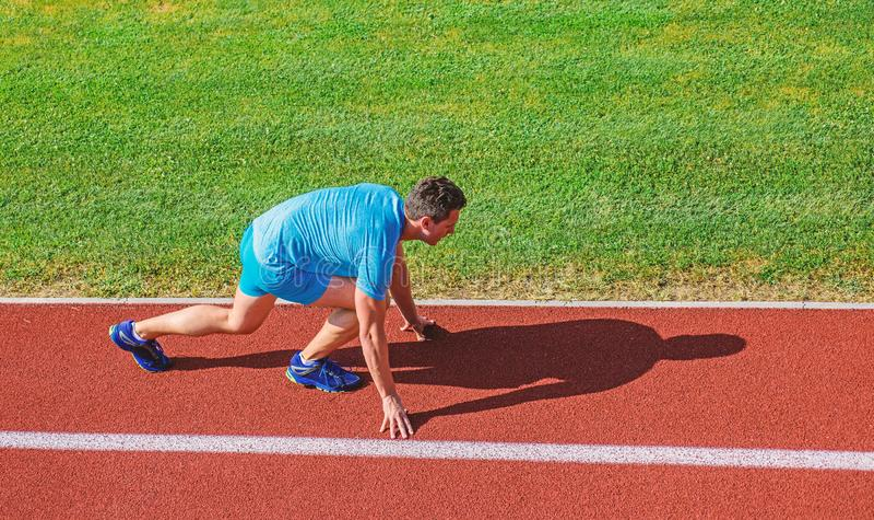 Laufende Tipps f?r Anf?nger Positionsstadionsweg des Mannathletenstands niedriger Anfangs L?ufer bereit zu gehen Gemeinsame Mobil lizenzfreie stockfotos