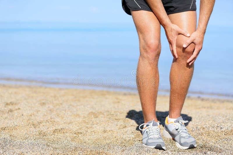 Laufende Verletzung - bemannen Sie das Rütteln mit den Knieschmerz lizenzfreies stockbild