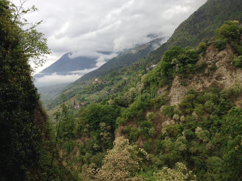 Laufende Wolken in den Bergen stockfoto
