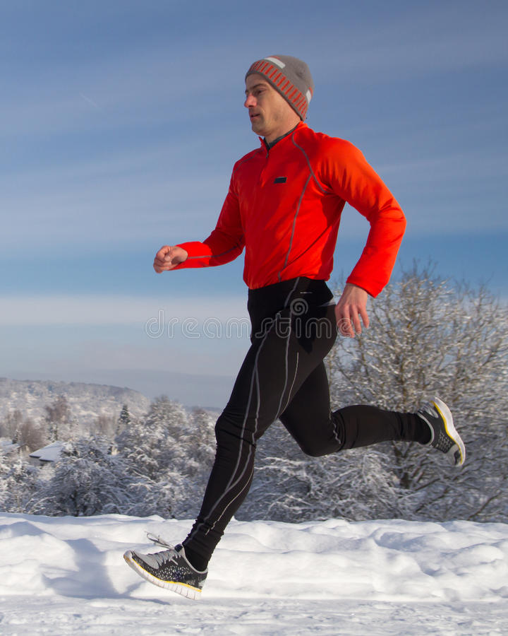 Laufender Athlet im Schnee stockfotografie