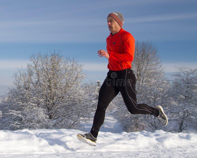 Laufender Athlet im Schnee lizenzfreies stockbild