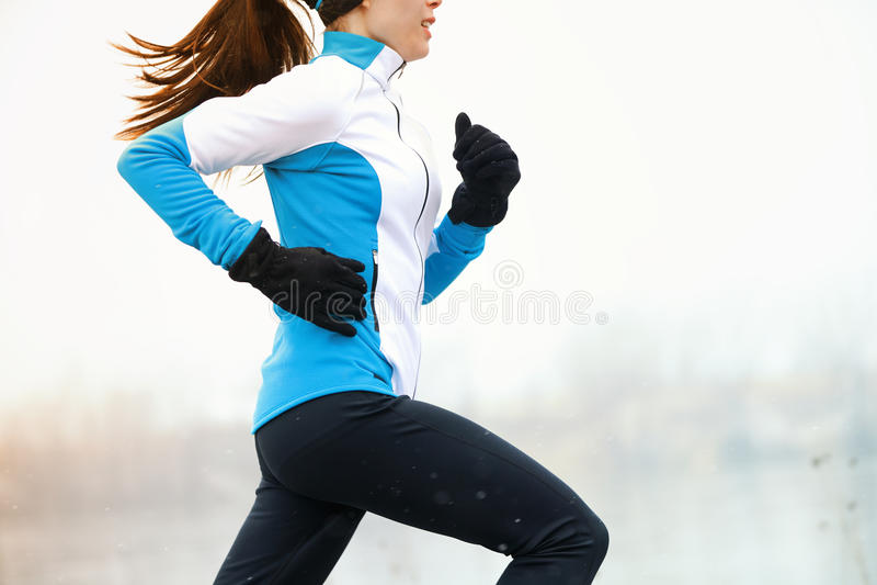 Laufender Athlet im Winter lizenzfreies stockbild