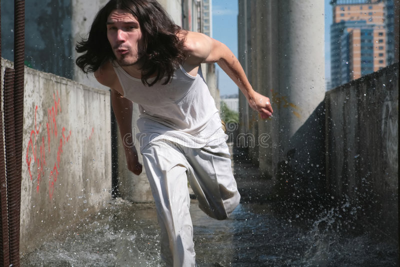 Laufender Mann auf dem Wasser stockfoto