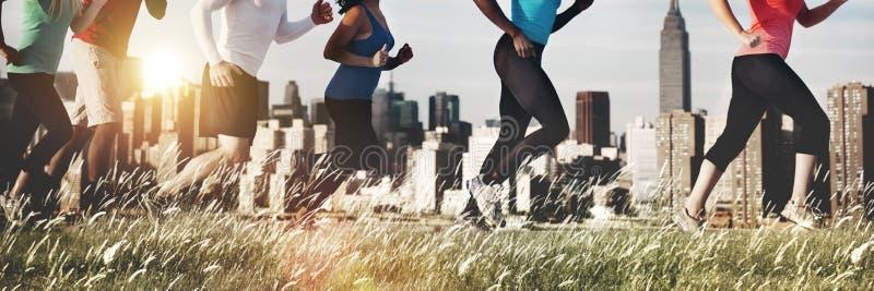Laufender rüttelnder Übungs-Athlet im Freien Healthy Concept lizenzfreie stockbilder