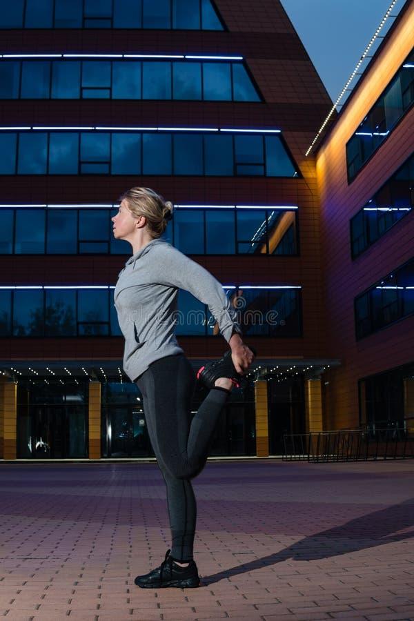 Laufendes Ausdehnen Athletische Frau draußen ausüben stockbild