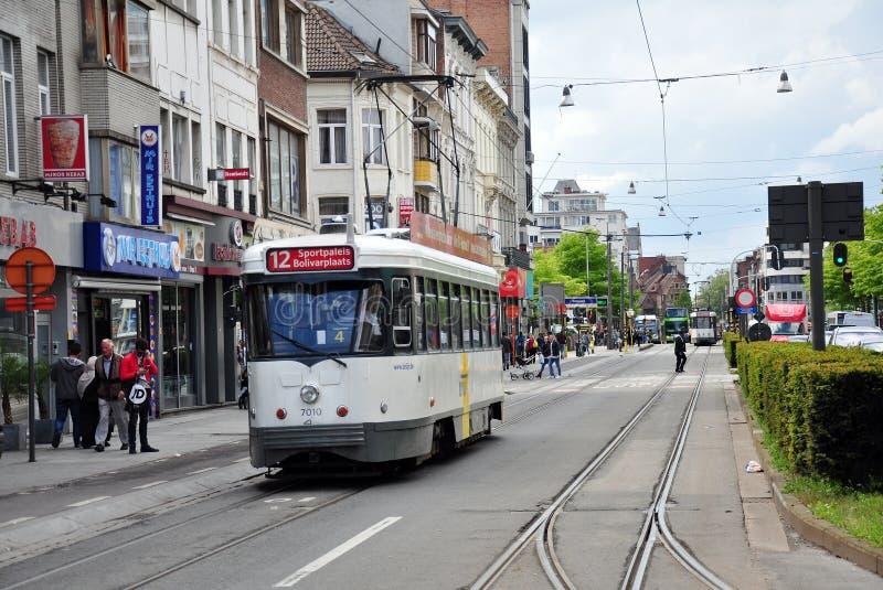 Laufendes der Trams Stadtzentrum herein von Antwerpen lizenzfreie stockfotos