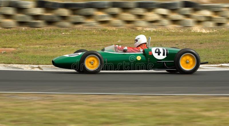 Laufendes Juniorauto der klassischen Lotos-Formel mit Drehzahl lizenzfreies stockbild