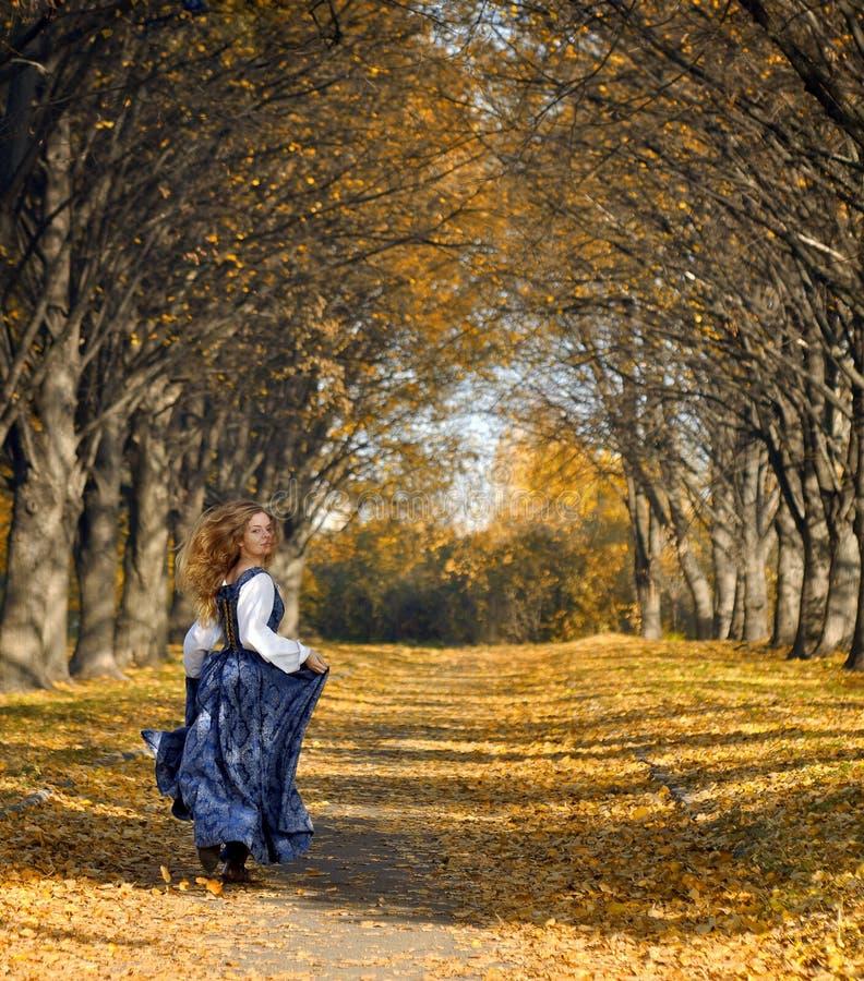 Laufendes Mädchen gekleidet in einer Retro-art stockfotografie