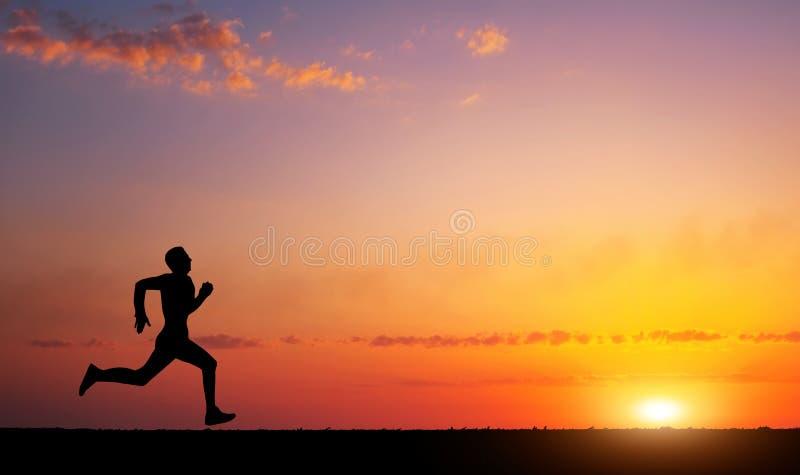 Laufendes Mannschattenbild in der Sonnenuntergangzeit stockfotos