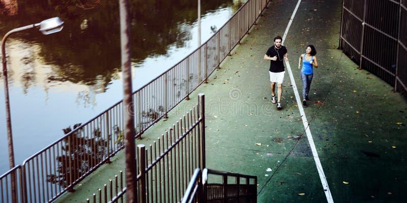 Laufendes rüttelndes Trainings-Sport-draußen Konzept stockbild