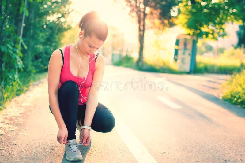 Laufendes Training der Frau auf sonnigem Sonnenuntergang des Frühlinges lizenzfreies stockbild