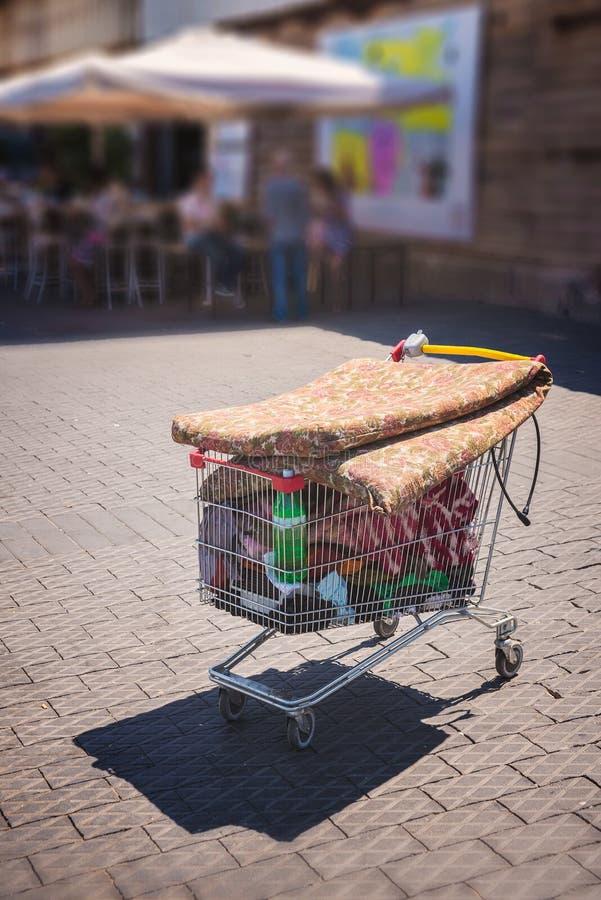 Laufkatze angefüllt mit Abfall stockbild
