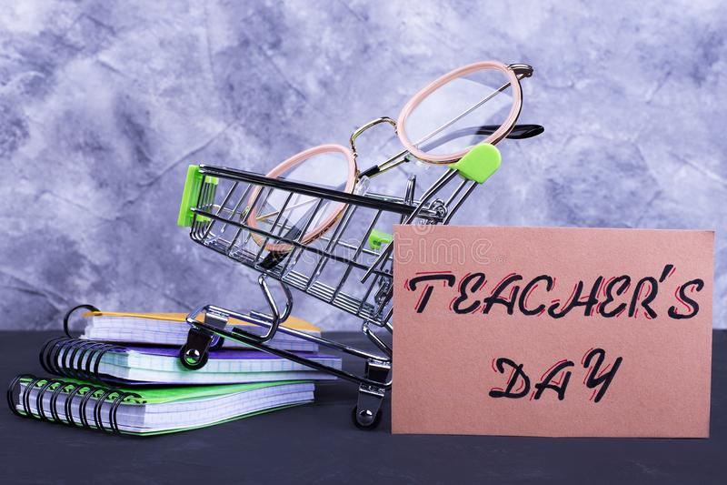 Laufkatze, Gläser, Notizbücher, der Tag Aufschrift Lehrers stockfotos