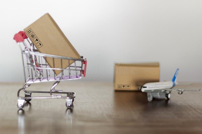 Laufkatze mit Karton Einkaufs- und der internationalen Schifffahrtkonzept stockbild