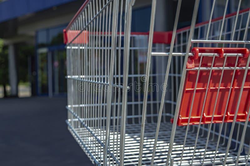 Laufkatze vom Supermarkt auf der Stra?e auf einer sonniger Tagesnahaufnahme stockfoto