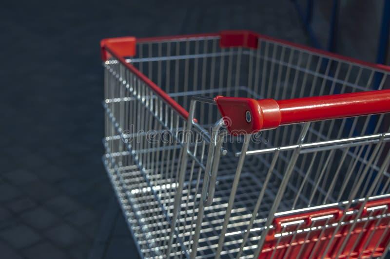 Laufkatze vom Supermarkt auf der Stra?e auf einer sonniger Tagesnahaufnahme stockbild