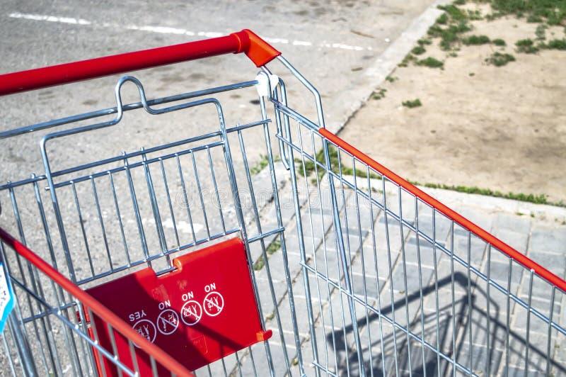 Laufkatze vom Supermarkt auf der Stra?e auf einer sonniger Tagesnahaufnahme stockfotos