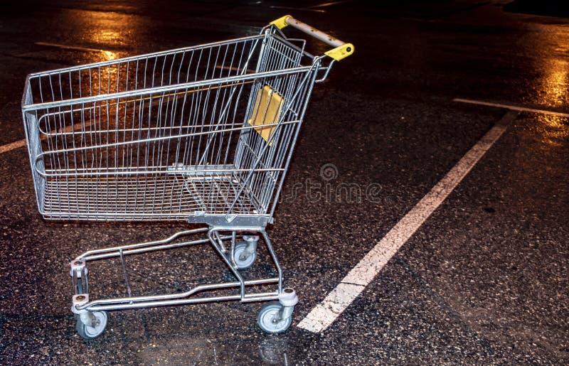 Laufkatze vom Supermarkt an Nachtparkendem Abschluss oben stockbilder