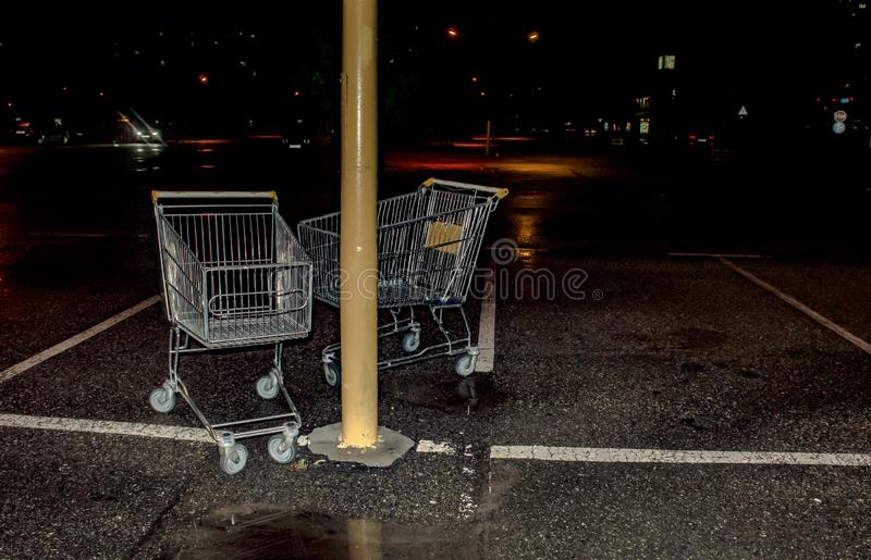 Laufkatze vom Supermarkt an Nachtparkendem Abschluss oben stockbild