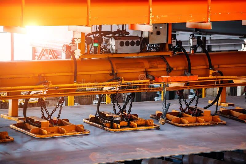 Laufkran mit dem Vakuum, das oben Greifer, Abschluss behandelt lizenzfreie stockfotografie