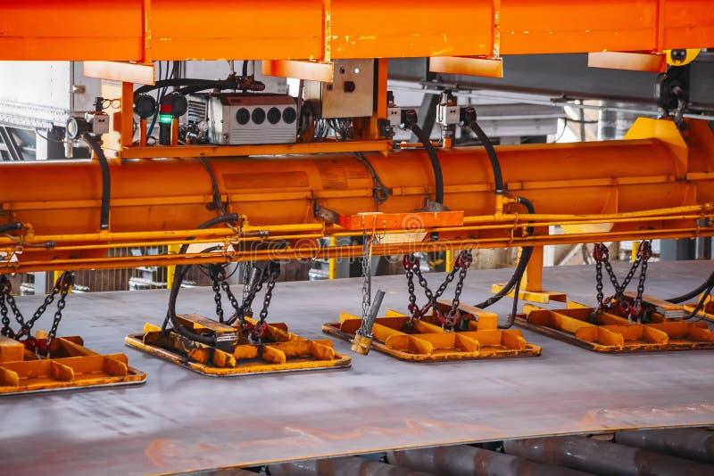 Laufkran mit dem Vakuum, das oben Greifer, Abschluss behandelt stockfoto