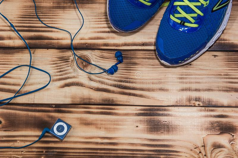 Laufschuhe und MP3-Player auf einem Bretterbodenhintergrund stockfoto