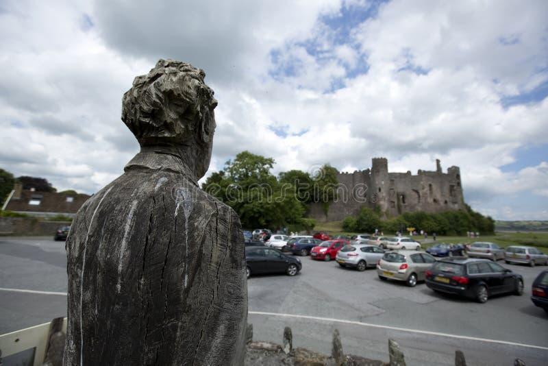 Laugharne, Gales, Reino Unido, em julho de 2014, opini?o Dylan Thomas cinzelou a est?tua fotos de stock