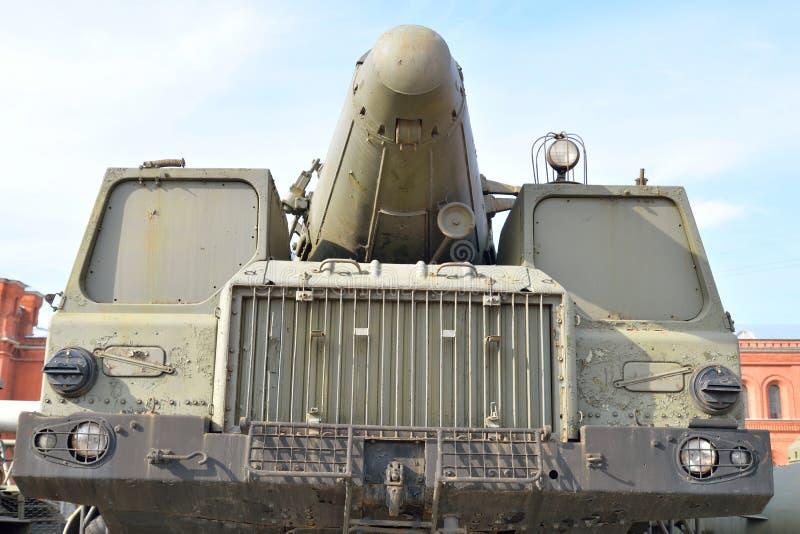 Launcher 9P120 med en raket 9M76 av komplexa vikarier-s 9K76 för missil i militärt artillerimuseum arkivbilder