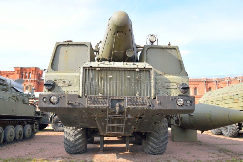 Launcher 9P120 med en raket 9M76 av komplexa vikarier-s 9K76 för missil i militärt artillerimuseum royaltyfria bilder