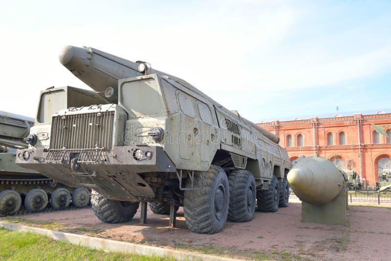 Launcher 9P120 med en raket 9M76 av komplexa vikarier-s 9K76 för missil i militärt artillerimuseum royaltyfria foton