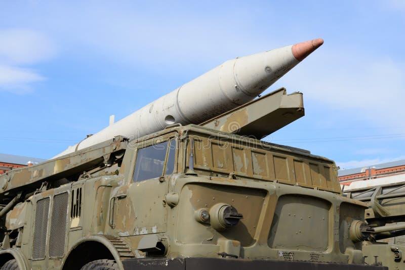 Launcher 2P113 med ett missilkomplex 9K52 Luna-M för raket 2M21 i militärt artillerimuseum royaltyfri fotografi