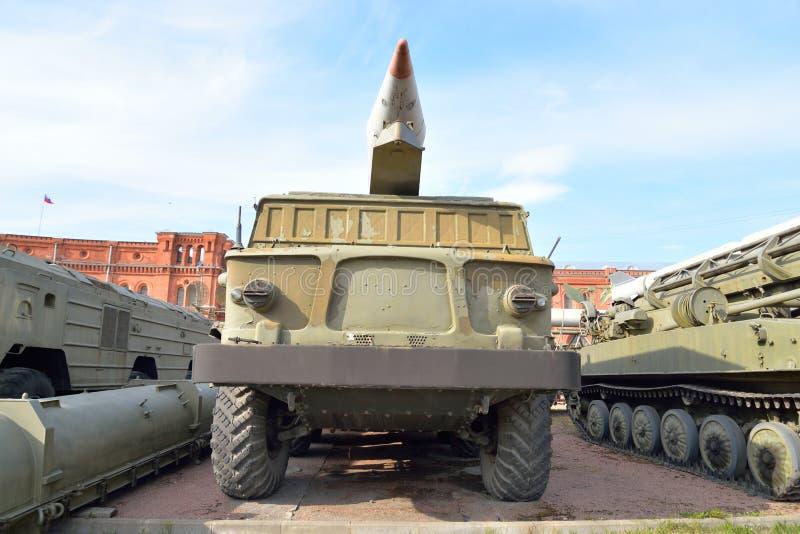 Launcher 2P113 med ett missilkomplex 9K52 Luna-M för raket 2M21 i militärt artillerimuseum royaltyfri foto